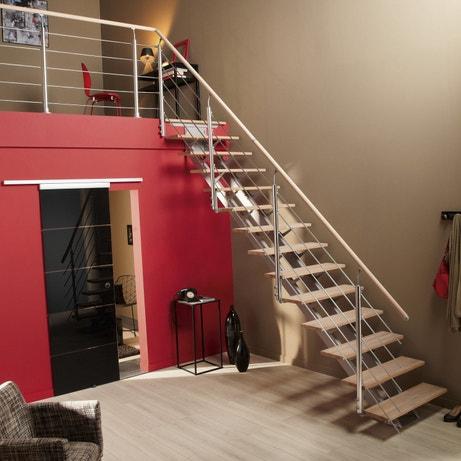 Un escalier droit en aluminium et marches en bois