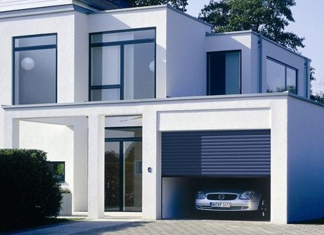 Une porte de garage noire à enroulement motorisé