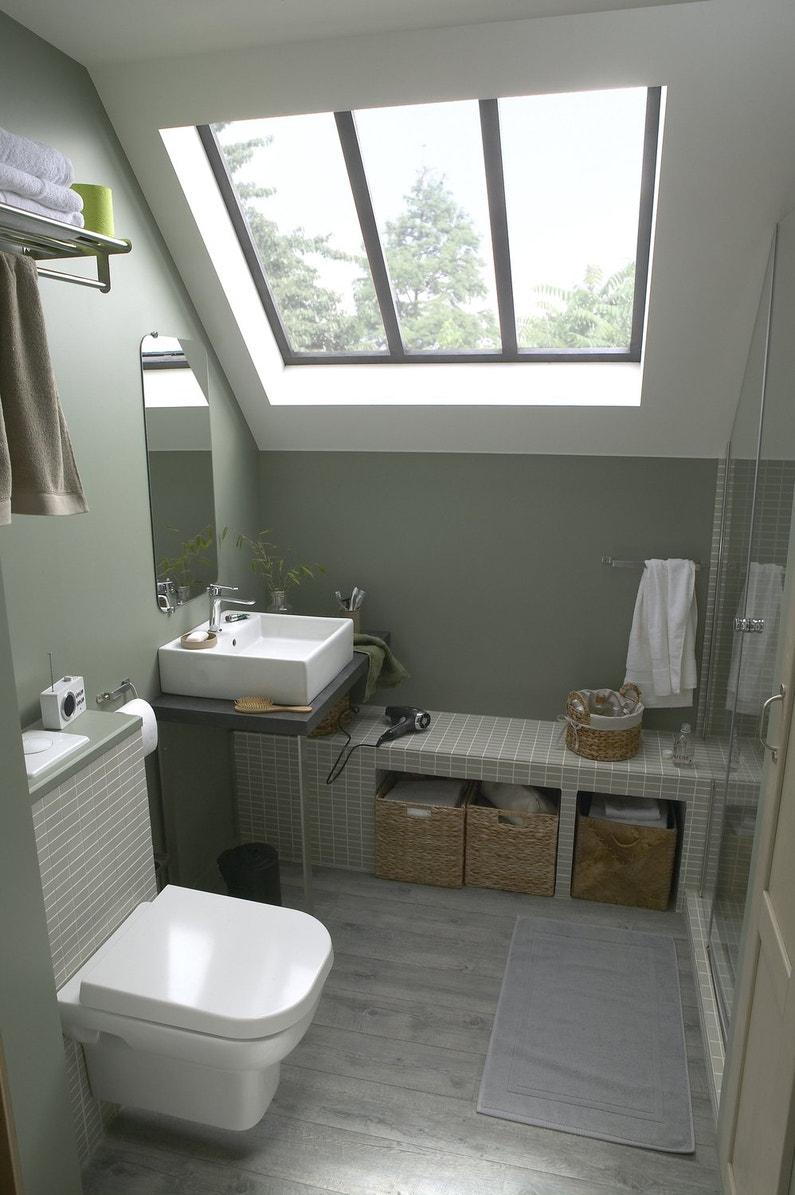 Une salle d 39 eau sous les combles leroy merlin for Salle de bain sous rampant