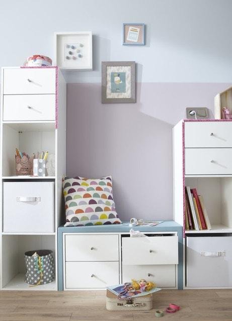 Un coin lecture et rangements pour la chambre d'enfant