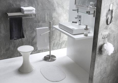 Une salle de bains épurée grise et blanche