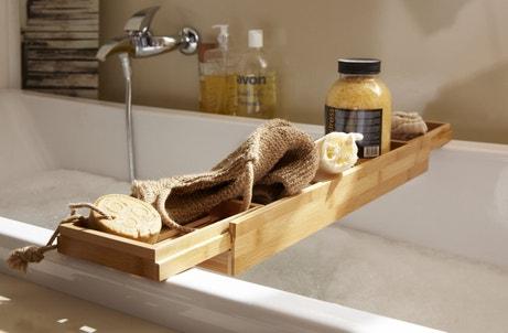 Un pont de baignoire en bois pour vos accessoires de salle de bains