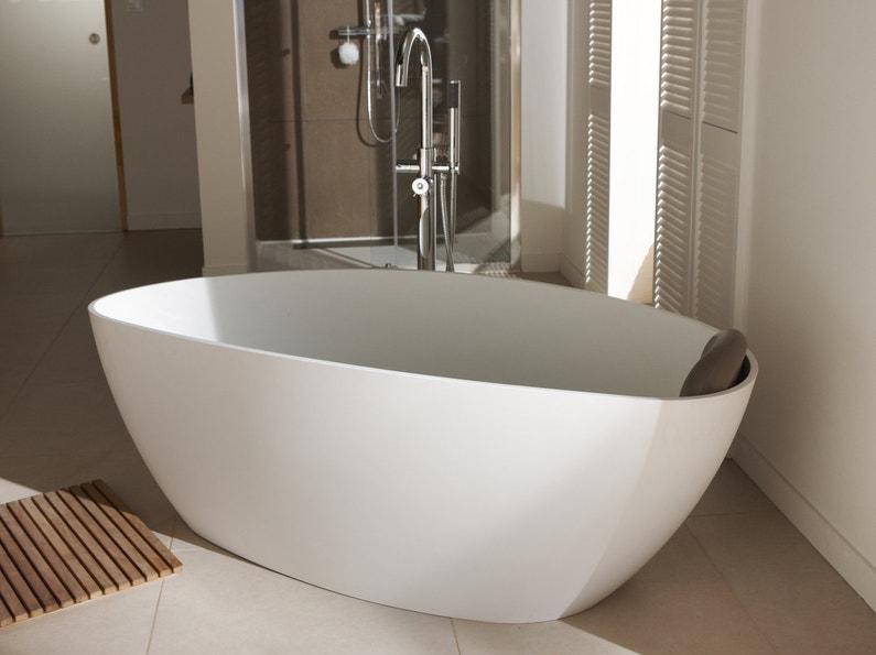 Une baignoire accueillante leroy merlin for Photo salle de bain avec baignoire ilot