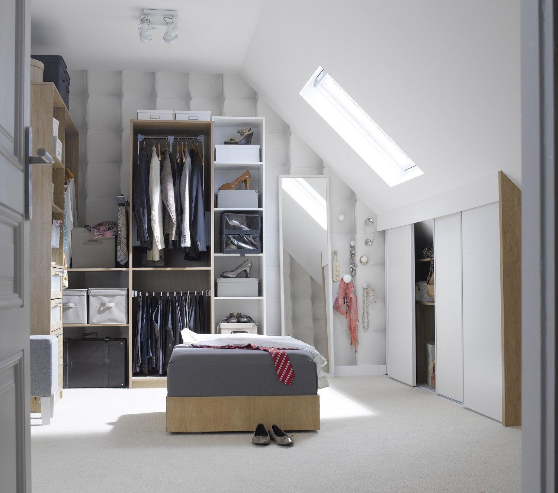 Un espace dressing sous les combles
