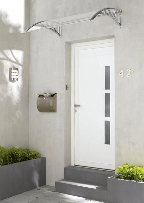 Une porte d'entrée blanche en PVC avec du style