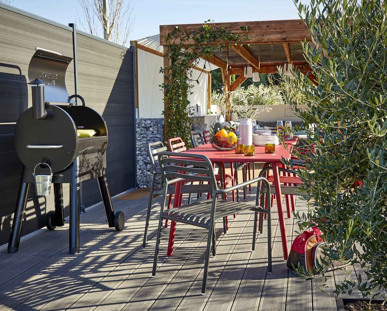 Une terrasse bois, un barbecue, un salon de jardin et on profite du ...