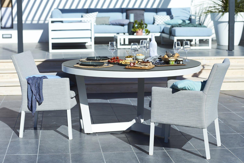 Un salon de jardin avec une table ronde en alu et coussins gris leroy merlin - Table ronde salon de jardin ...