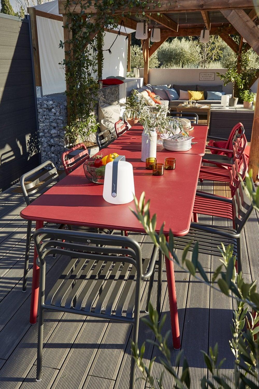 Une Terrasse Avec De Grandes Tables De Jardin