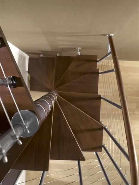 Un escalier en colimaçon fait de bois et d'acier