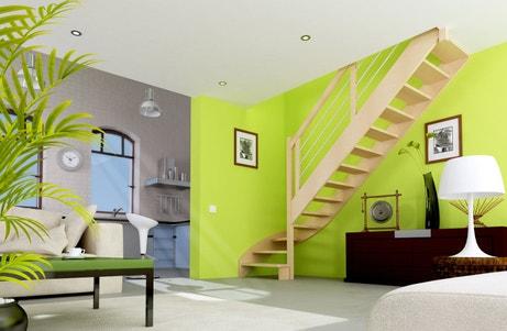 Un escalier droit en bois dans le salon