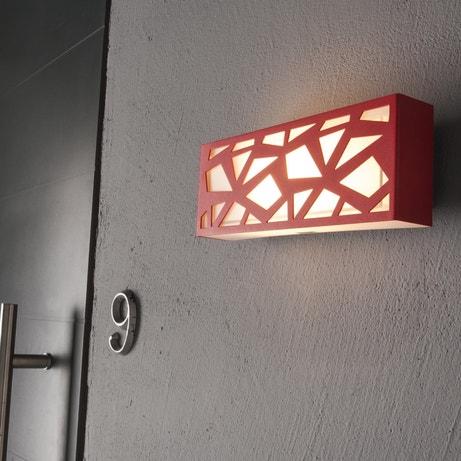 Une applique rouge à motif mosaïque pour habiller la façade