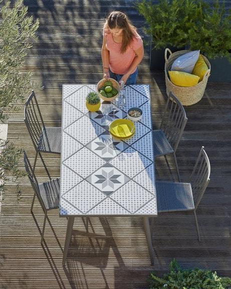 Une table de jardin à la mode carreaux de ciment