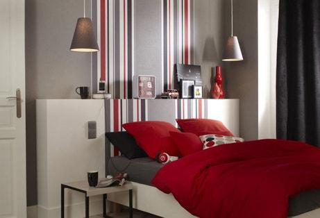 Donner du relief la tête de lit avec du papier peint rayé gris, rouge et noir