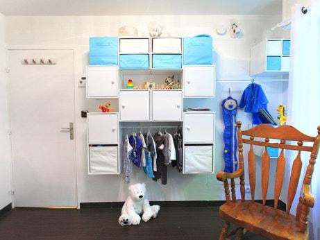 Rangements blancs et bleus dans la chambre de Stéphanie à Boulogne-sur-Mer