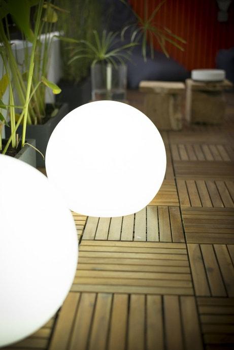 Des boules décoratives extérieures pour illuminer votre terrasse