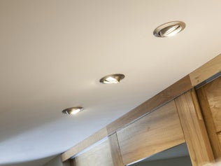 Comment poser un faux plafond sur ossature bois ? | Leroy Merlin