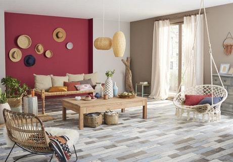 Un salon de style bohème avec un sol vinyl effet bois vieilli