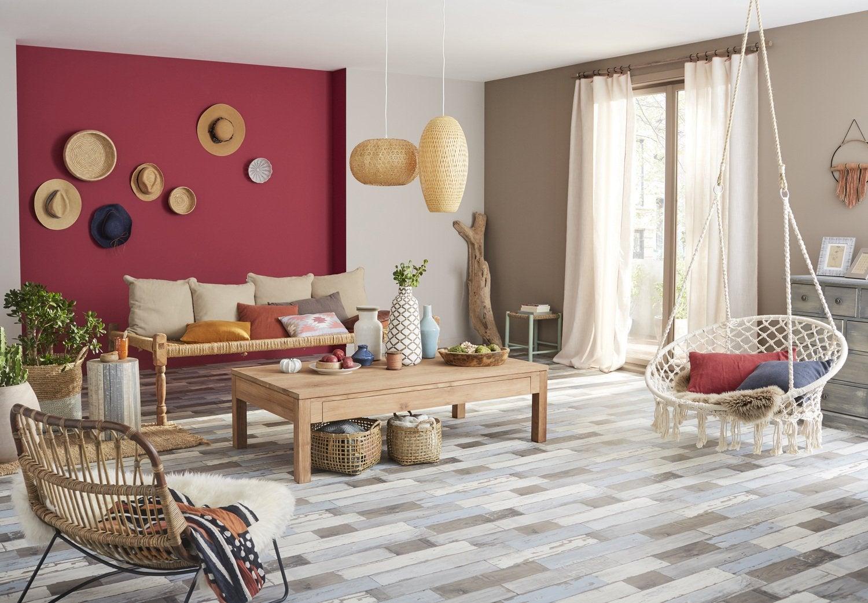 Un salon de style bohème avec un sol vinyl effet bois vieilli ...