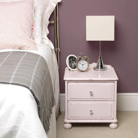 Une table de chevet rose pale