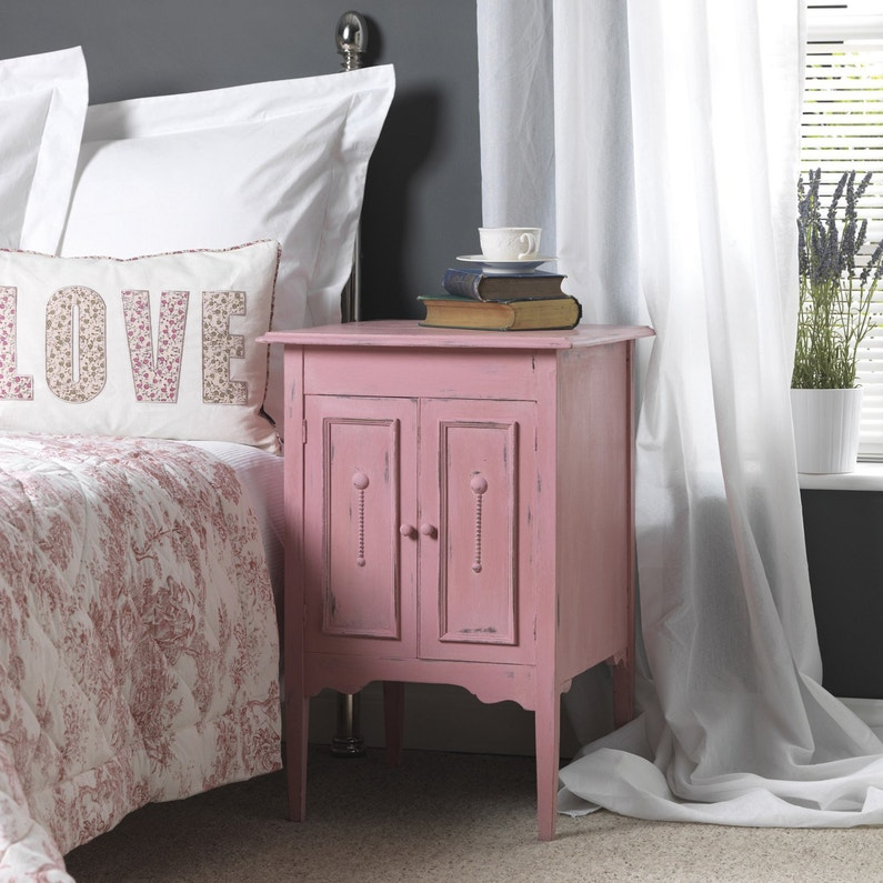 une table de chevet relook e effet rose poudr leroy merlin. Black Bedroom Furniture Sets. Home Design Ideas