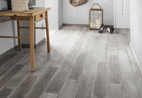 Habiller le sol de votre couloir avec un carrelage gris clair effet ...