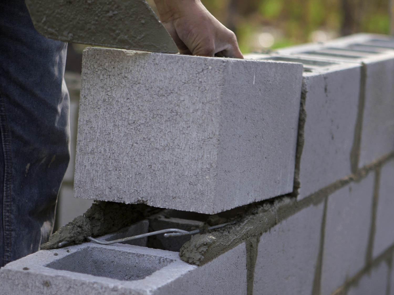 Epaisseur Enduit Sur Parpaing comment réaliser un mur de soubassement en parpaings