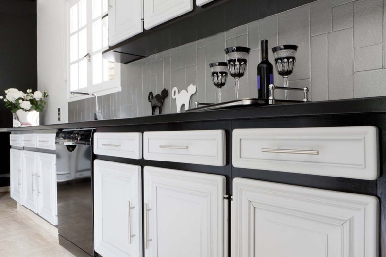 relooker les meubles de cuisine avec une peinture sp ciale gris clair leroy merlin. Black Bedroom Furniture Sets. Home Design Ideas