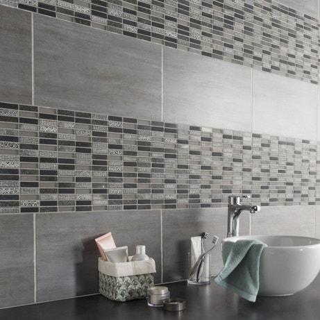 Une mosaïque à motifs noirs et blancs qui donnent du relief à la salle de bains