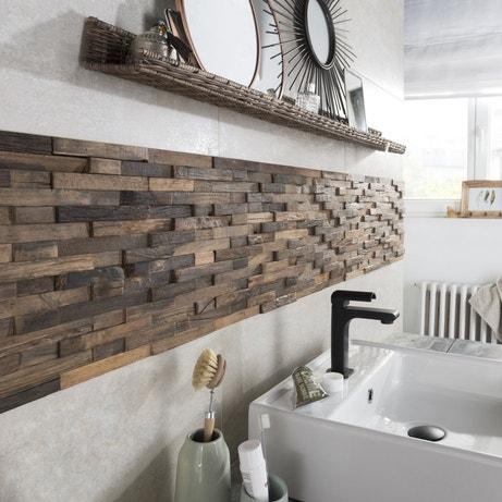 Des petites lattes de bois marron pour créer un une crédence originale dans la salle de bains