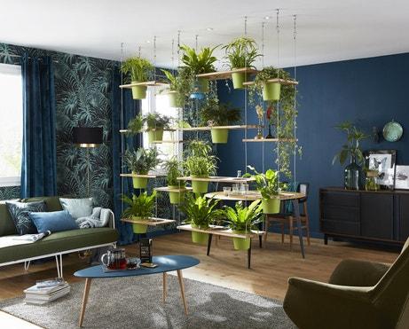 Un salon avec une cloison végétale de séparation
