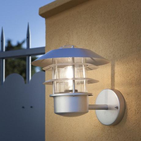 Une applique moderne pour éclairer l'entrée de la maison