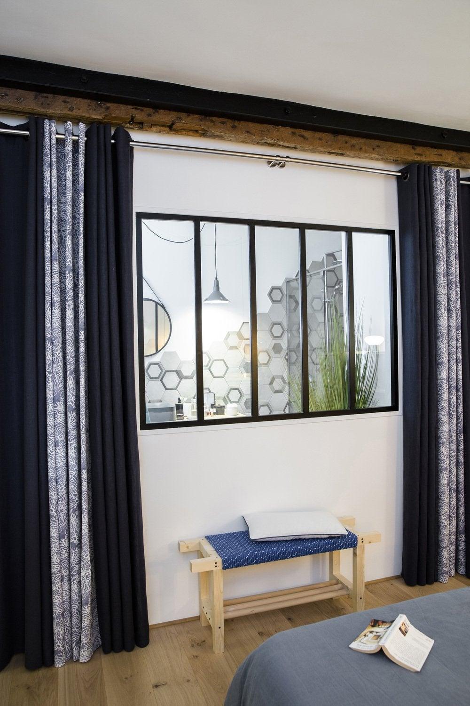 Une verrière chambre qui sépare la suite parentale de la salle de ...