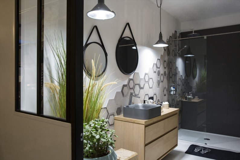 Adopter le style atelier pour la salle de bains leroy merlin for Peindre des carreaux de salle de bain