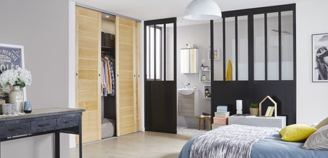 Une séparation de style loft pour la chambre