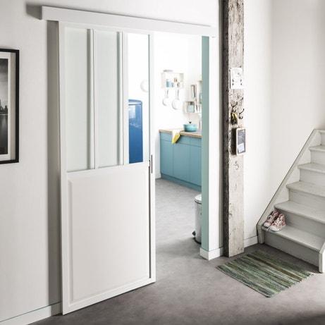 Une porte coulissante blanche de style atelier