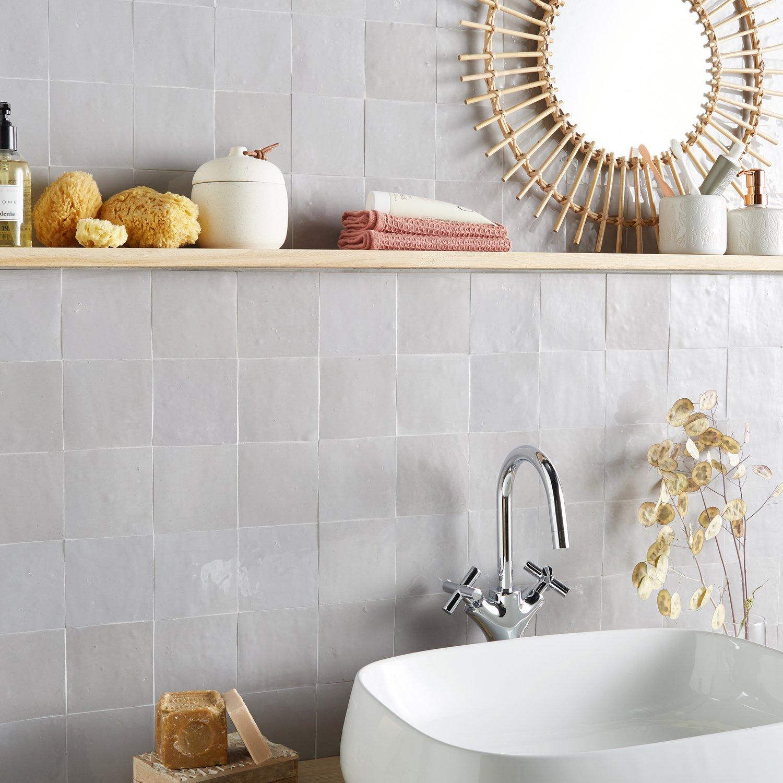 Un mur en carrelage nacré pour la salle de bains | Leroy Merlin