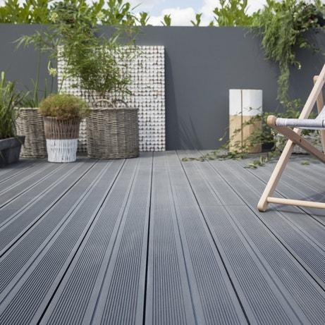 Des lames larges grises pour la terrasse en composite