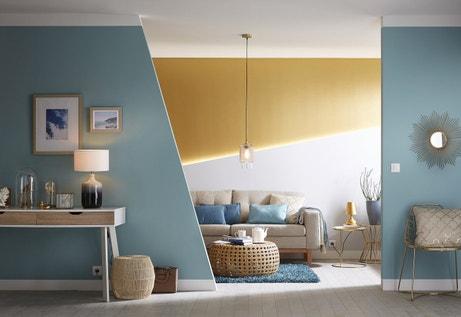 Une juxtaposition de bleu et de jaune pour donner du relief à votre salon