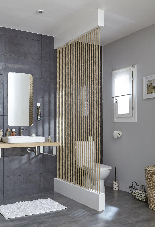 Bon WC Blanc Dans La Salle De Bains Avec Séparation · Voir. Un Brise Vue En  Cordage