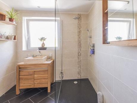 Douche à l'italienne dans une salle de bains naturelle