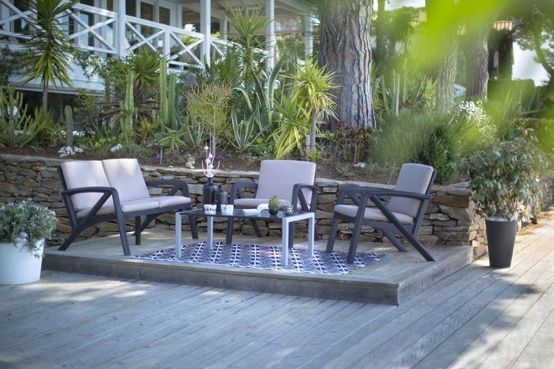 un salon de jardin en hauteur sur une estrade en bois. Black Bedroom Furniture Sets. Home Design Ideas