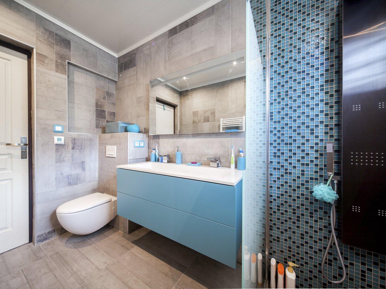 de la mosa que bleue et du carrelage beige effet b ton pour la salle de bains leroy merlin. Black Bedroom Furniture Sets. Home Design Ideas