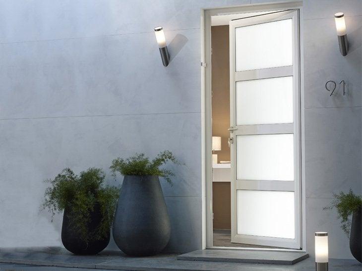La porte Nova en aluminium est équipée d'une serrure 6 points pour une sécurité optimale. Elle se décline en 3 coloris pour l'extérieur et en blanc pour l'intérieur.