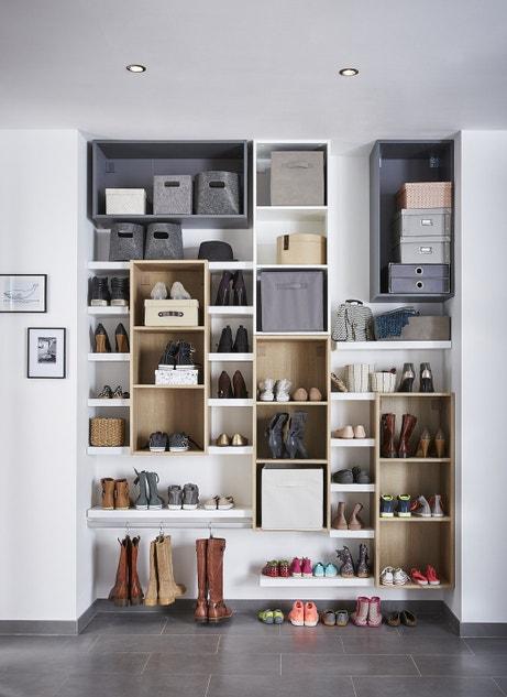 Un mur de rangement de chaussures