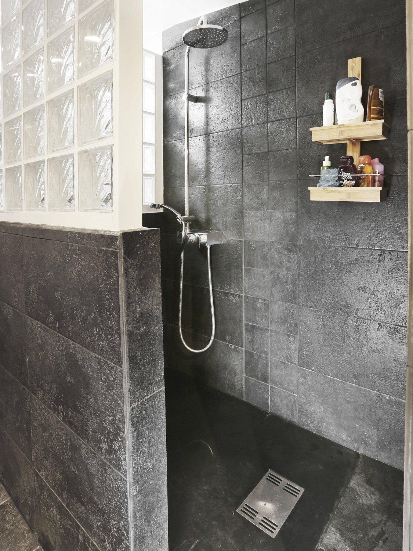 un douche l 39 italienne avec un receveur en r sine noire leroy merlin. Black Bedroom Furniture Sets. Home Design Ideas
