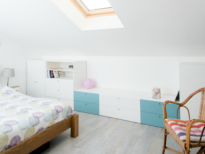 Rangement blanc et bleu sous-pente dans la chambre d\'Emilie à ...