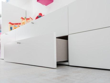 Un tiroir blanc tout en longueur dans la chambre d'Emilie à Camblanes