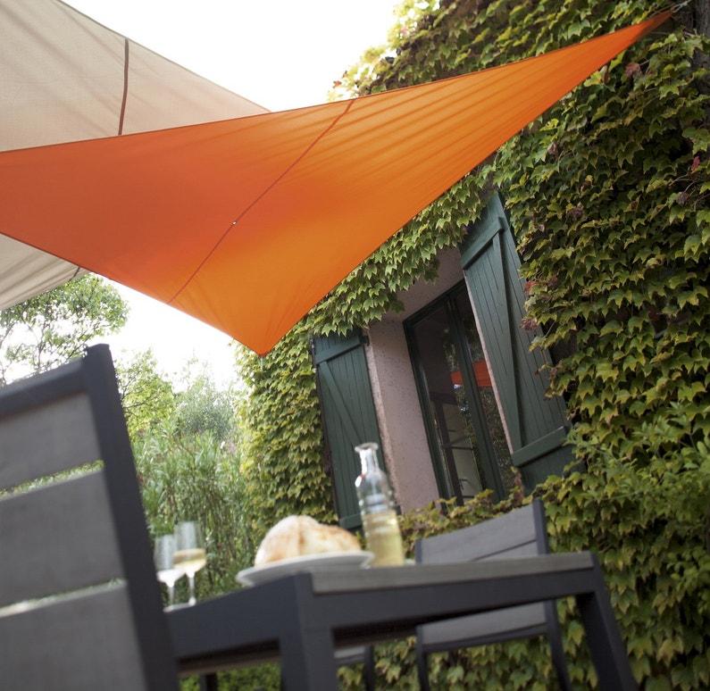Une velum orange sur la terrasse