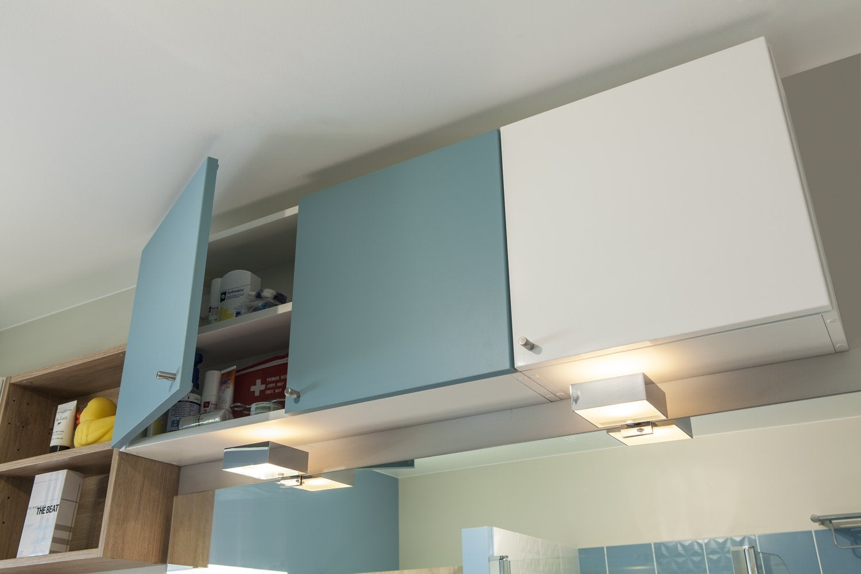 Salle De Bain Beige Et Bleu ~ el ments haut de la salle bain pratiques pour ranger les produits