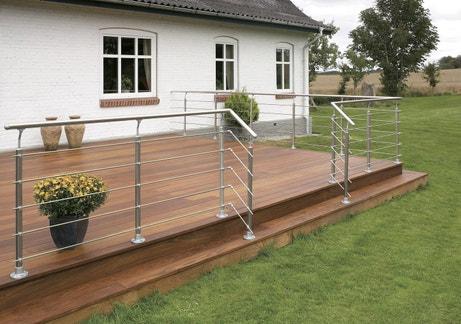Une terrasse en bois moderne mêlant bois et balustrades en aluminium
